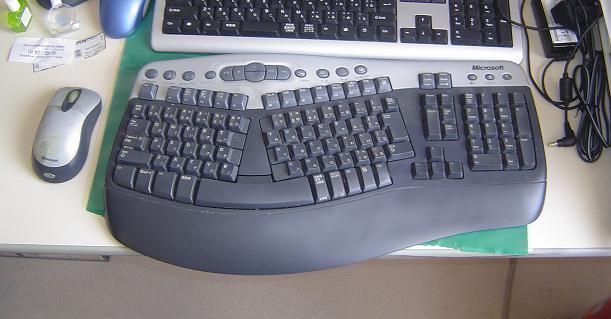 お気に入りのキーボードと、左側に置かれたマウス
